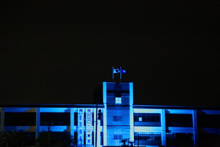 ブルーにライトアップされた校舎